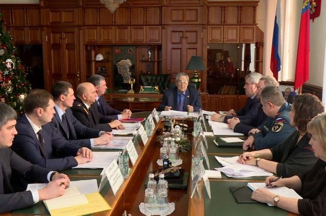 Губернатор провел встречу с представителями Ростехнадзора, МЧС, заместителями губернатора, руководителями угольных предприятий.