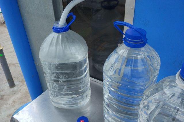 Крещенскую же воду в эти дни разливают в любом храме.