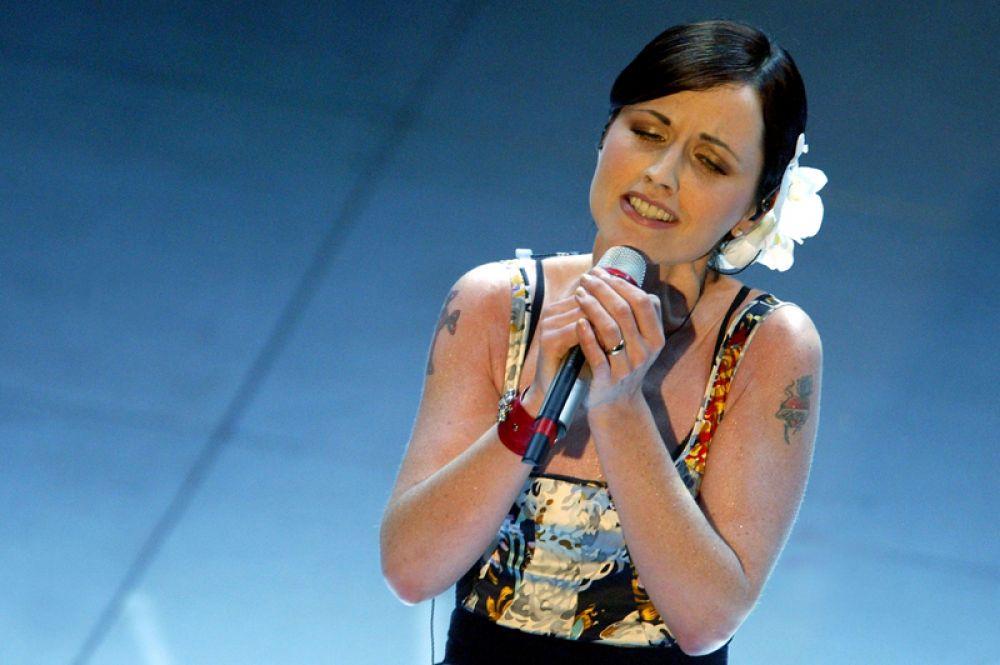 Долорес О'Риордан выступает в театре «Аристон» во время 54-го фестиваля в Сан-Ремо, Италия. 6 марта 2004 года.