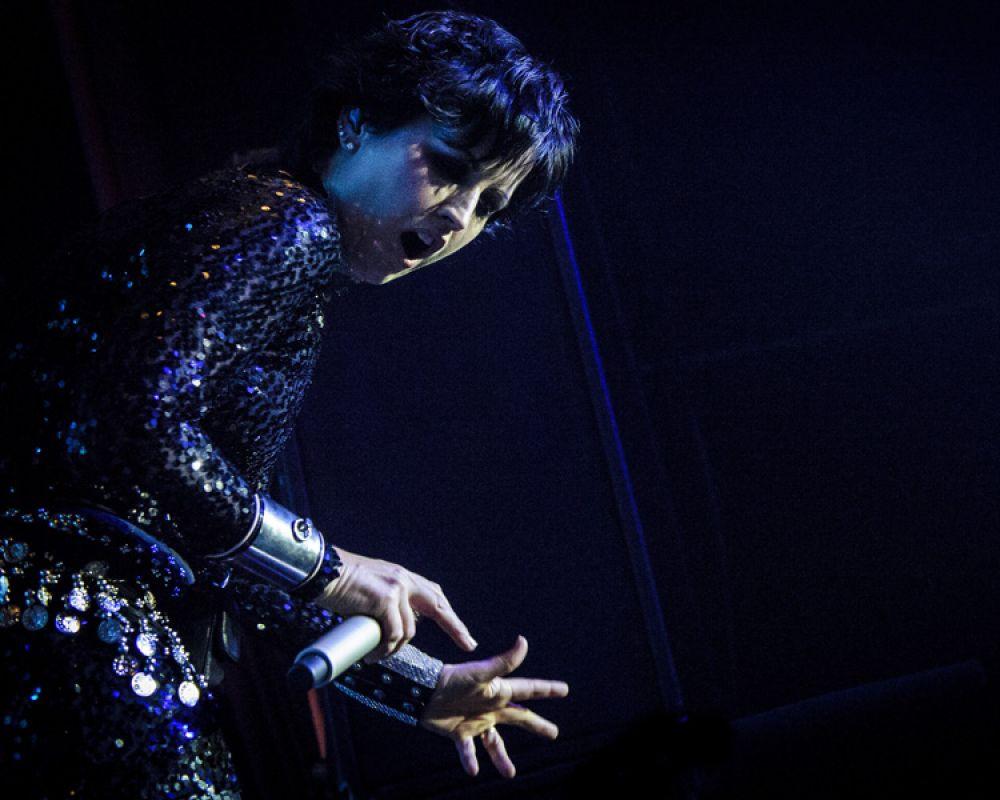Долорес О'Риордан выступает с The Cranberries в Торонто, Канада. 9 мая 2012 года.