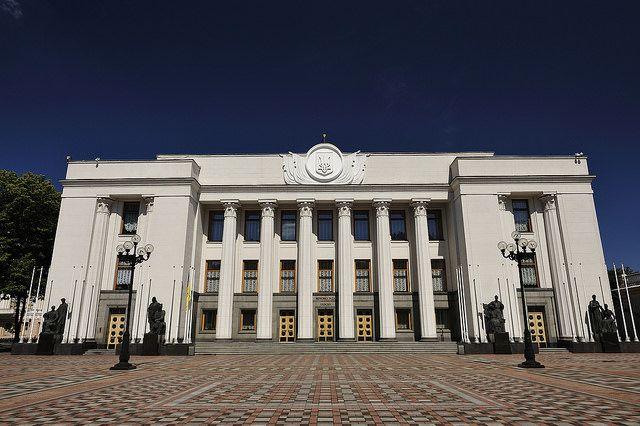 Украинские националисты сожгли русский флаг устен Верховной рады