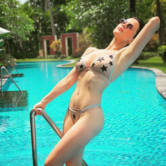 Даша Астафьева также выбрала остров Бали для зимних каникул. Певица демонстрирует свою роскошную фигуру на пляже Индонезии.