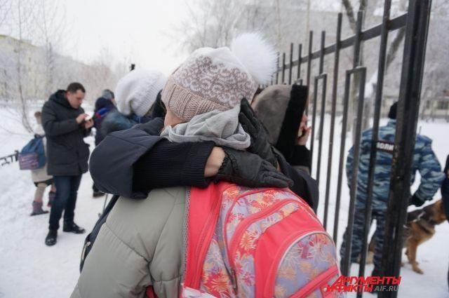 Некоторые родители и даже пострадавшие школьники подтвердили: на учеников напали, драку никто не разнимал.