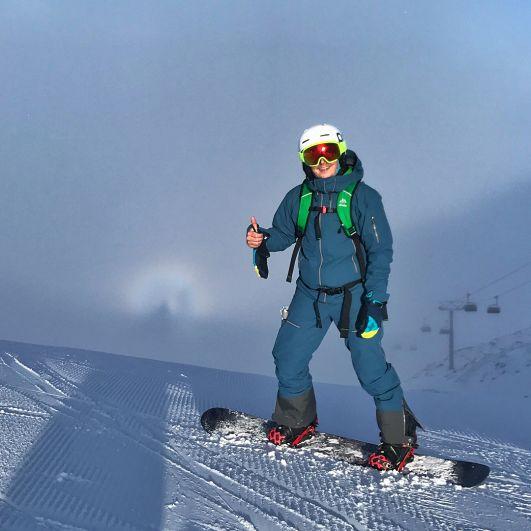 Александр Педан в Швейцарии проводит истинно-зимний отпуск. Ведущий катается на борде и наслаждается красивыми зимними пейзажами.