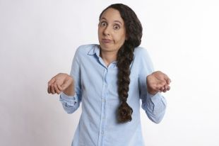 Невролог и психотерапевт помогут разобраться с причинами нервного тика.