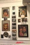 На стенах - фото биттлов разных лет.