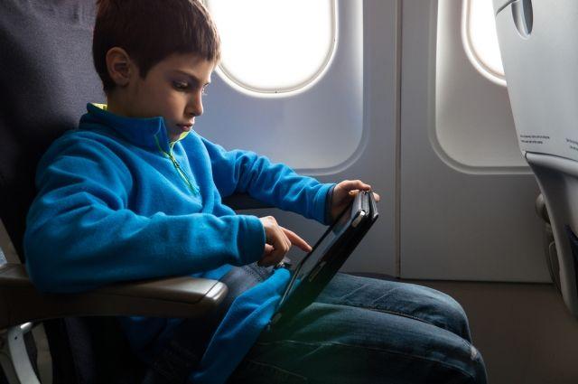 С какого возраста детям разрешено путешествовать одним?