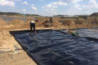 На Надеждинском полигоне укладывают плёнку, обеспечивающую экологическую защиту грунта.