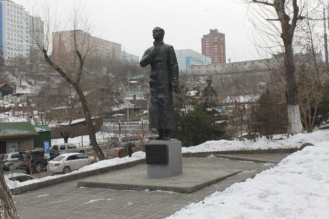 Даже памятник поэту не сразу обрёл покой во Владивостоке.