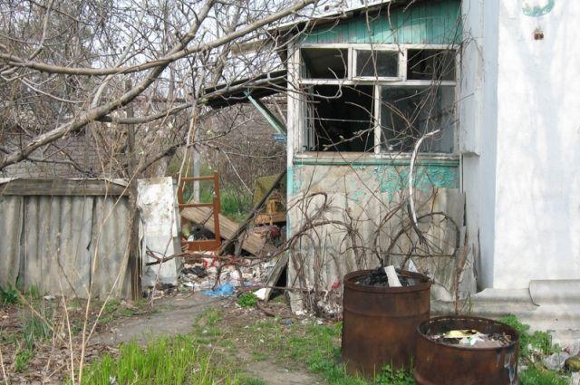 Всего за несколько месяцев Елена превратила своё жилище в свалку мусора.
