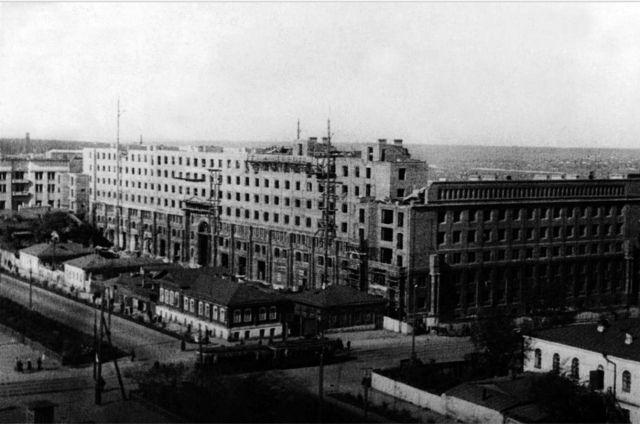 Для новой номенклатуры строится жилой дом в центре, напротив площади Революции («Центральный» гастроном)
