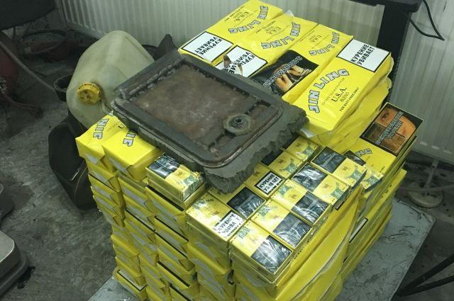 Калининградки спрятали в колесах дорогой иномарки контрабандные сигареты.