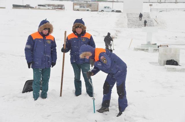 Спасатели проверили лед и решили, что он выдержит.