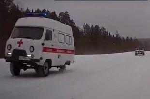 Автомобиль на трёх колёсах попал на запись видеорегистратора.