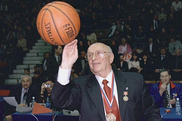 Александр Гомельский во время праздника, посвященного его 75-летию, в Универсальном спортивном комплексе ЦСКА.