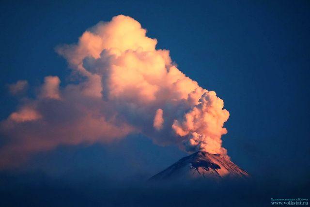 НаКамчатке вулкан Ключевской выбросил пар, газ ипепел на6 километров