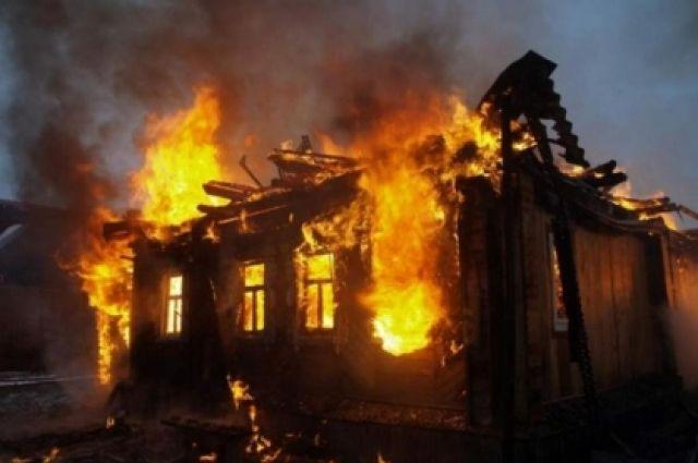 На месте происшествия работают сотрудники МЧС, которые устанавливают причины возгорания.