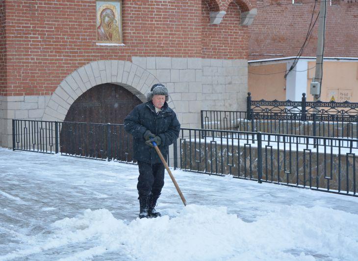 уборка снега у стен кремля