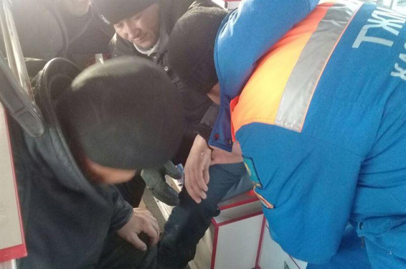 Оказание помощи пассажиру, пострадавшему при возгорании автобуса на трассе Самара – Шымкент в Иргизском районе Актюбинской области в Казахстане.