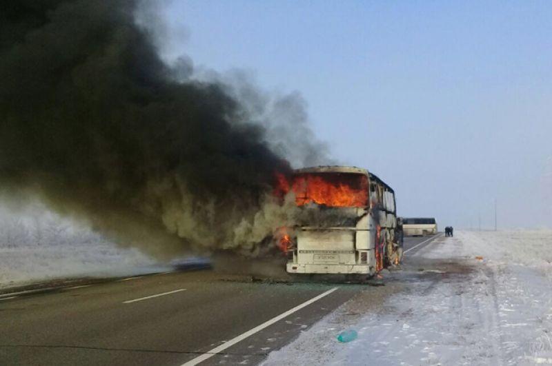 Горящий автобус на трассе Самара – Шымкент в Иргизском районе Актюбинской области в Казахстане.