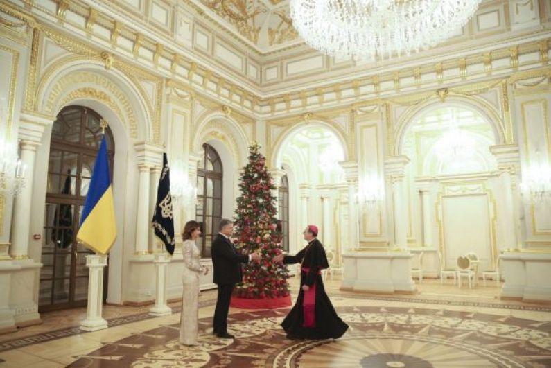 В речи перед послами президент еще раз призвал к миру и солидарности с Украиной в борьбе за восстановление украинского суверенитета и территориальной целостности.