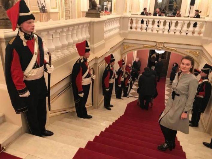 Как заметили многие пользователи соцсетей, Ирина Геращенко опубликовала фото, на котором видно, как мужчину на инвалидном кресле затаскивают по лестнице дворца. Это говорит о том, что здание не предусмотрено для маломобильных групп населения.