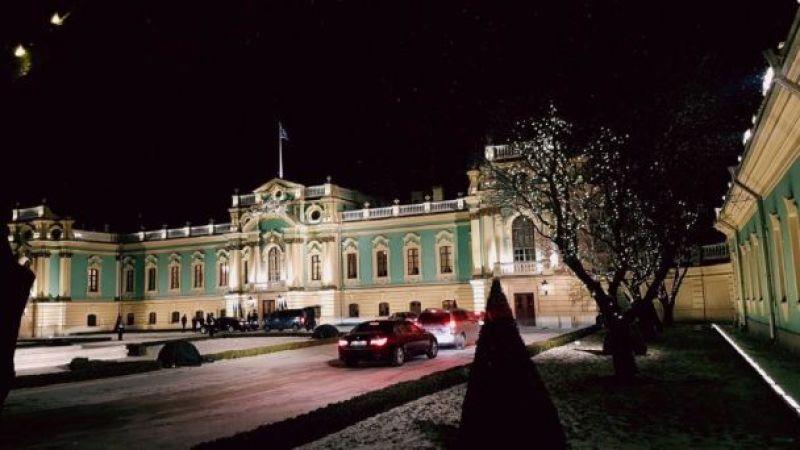 Мариинский дворец после реконструкции выглядит просто замечательно. Снег за окном добавляет эффект зимней сказки.
