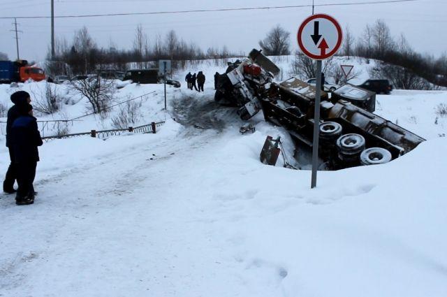 В Кузбассе большегруз сполз в реку со скользкой дороги.