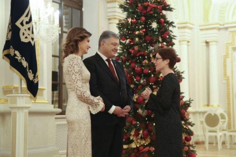 На дипломатический прием были приглашены главы дипломатических представительств иностранных государств и международных организаций, аккредитованных в Украине.