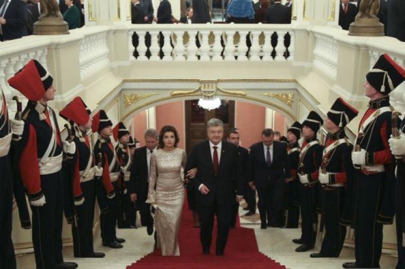 После открытия Мариинского дворца президент Украины Петр Порошенко вместе с первой леди Мариной Порошенко провели ежегодный дипломатический прием.