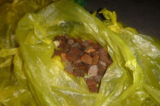 Калининградцы пытались по почте отправить 10 кг нелегально добытого янтаря.
