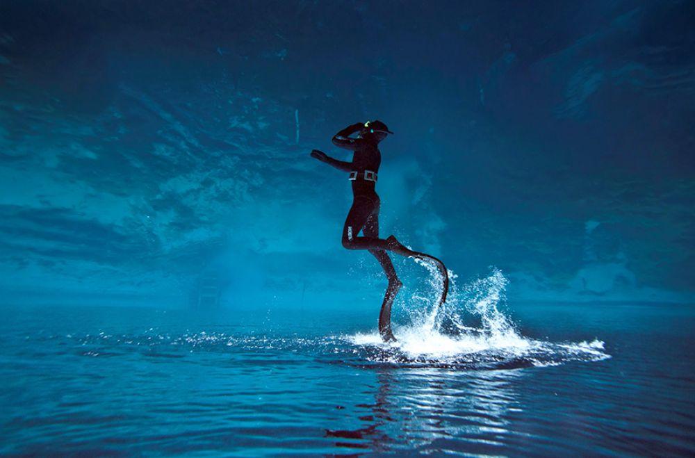 """""""Мне бы в небо"""" - так назвал фотограф этот снимок. Кстати, в подводный мир его затянули друзья-дайверы."""