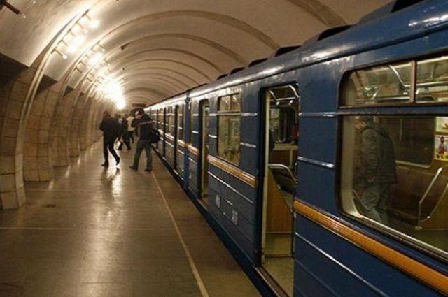 В Киеве на рельсы метро столкнули пожилую женщину