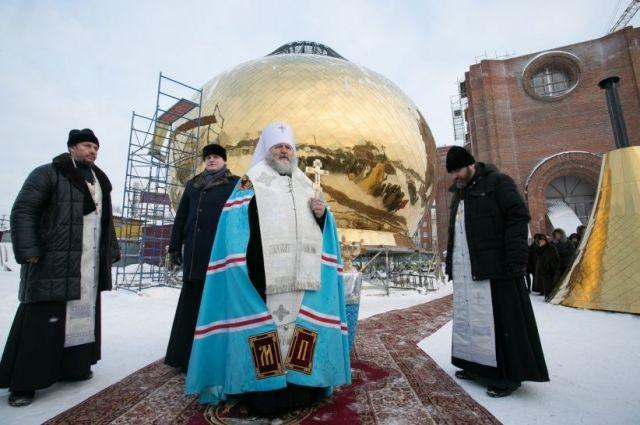 Его Высокопреосвященству сослужили: благочинный Сургутского благочиния, протоиерей Исаков Антоний; настоятель храма, протоиерей Кошелев Георгий.
