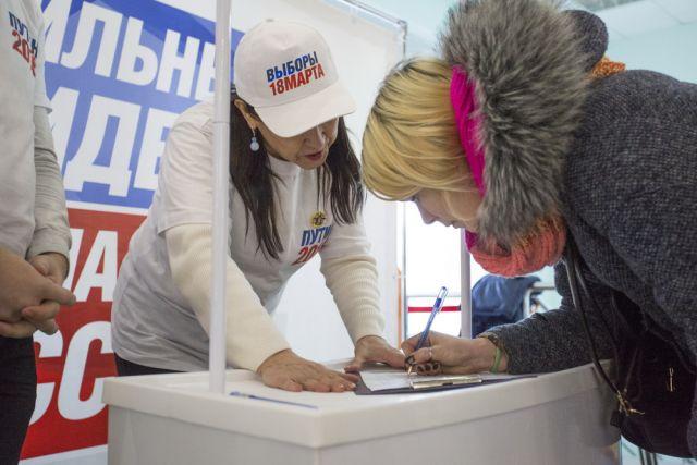Югорские волонтеры Победы дежурят в торговых центрах городов Югры, для сбора подписей для выдвижения Владимира Путина на предстоящих выборах.