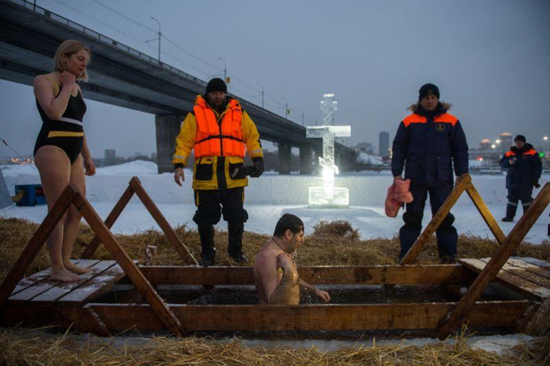 Верующие во время традиционного купания в праздник Крещения в проруби на реке Обь в Новосибирске.
