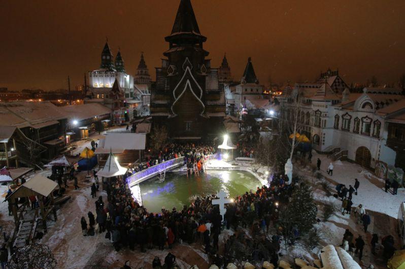 Верующие во время традиционного праздничного купания в Крещенский сочельник у Храма Святителя Николая в Измайловском Кремле в Москве.