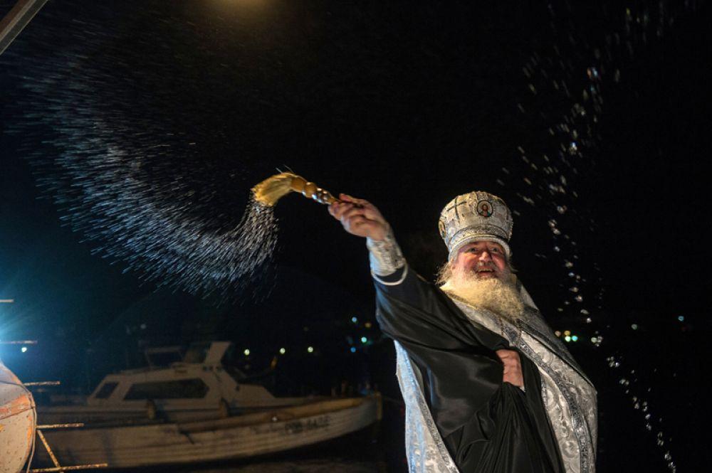 Протоиерей Вячеслав Костенко во время освящения воды в Крещенский сочельник в бухте Казачей в Севастополе.