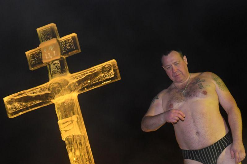 Мужчина во время традиционного праздничного купания в Крещенский сочельник в окрестностях Раифского Богородицкого мужского монастыря в Зеленодольском районе республики Татарстан.