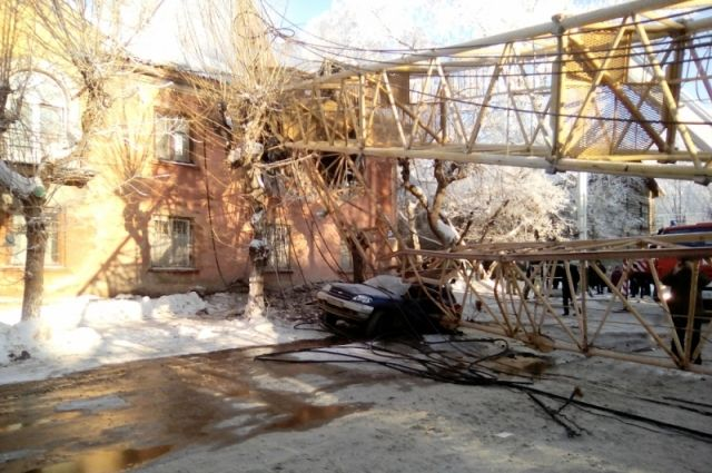 В Кирове башенный кран упал на жилой дом