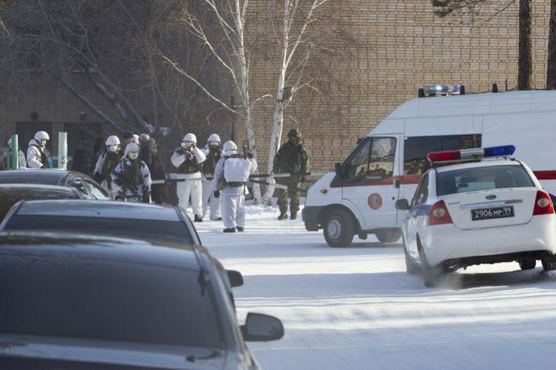 Сотрудники военной полиции в микрорайоне Сосновый бор города Улан-Удэ, где произошло нападение на учеников и преподавателя школы №5.