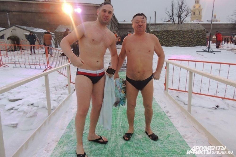 На этих крепких мужчин мороз не действует!