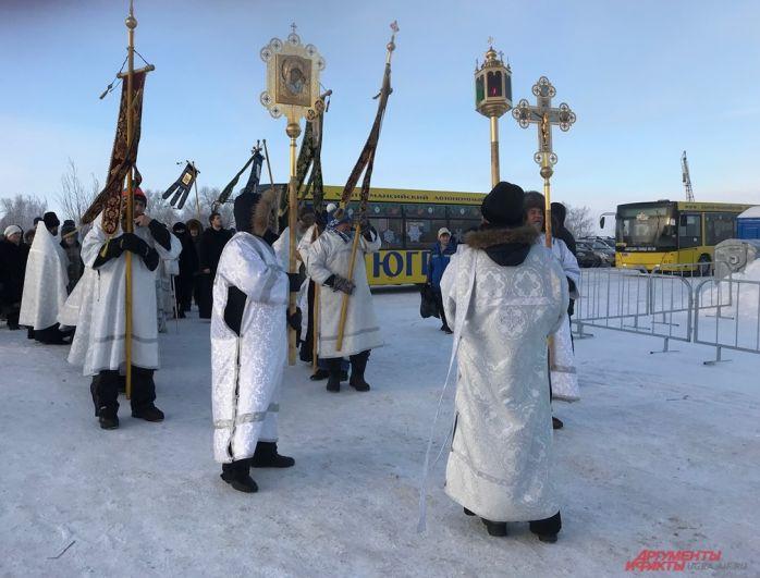 Затем три автобуса в сопровождении наряда ДПС доставили духовенство и прихожан на р. Иртыш
