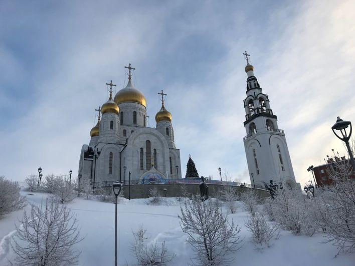 В 10:30 в Воскресенском кафедральном соборе Ханты-Мансийска Владыка Павел освятил воду для прихожан.