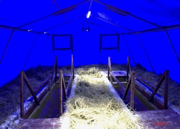 Вырубленные во льду купели надежно защищаются от ветра специальной палаткой.