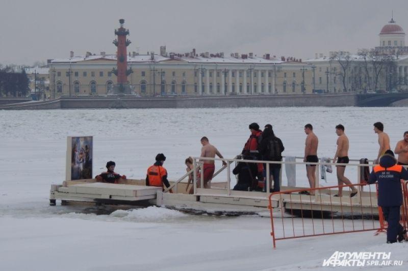 Петербуржцы не побоялись зайти в ледяную воду.