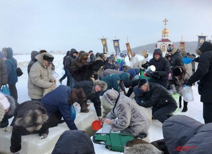 После освящения православные набирали воду прямо из реки