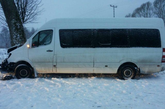 Под Калининградом вДТП смикроавтобусом пострадали 4 пассажира