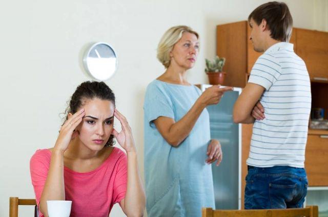 Мать жены может постоянно критиковать зятя, если привыкла излишне опекать свою дочь