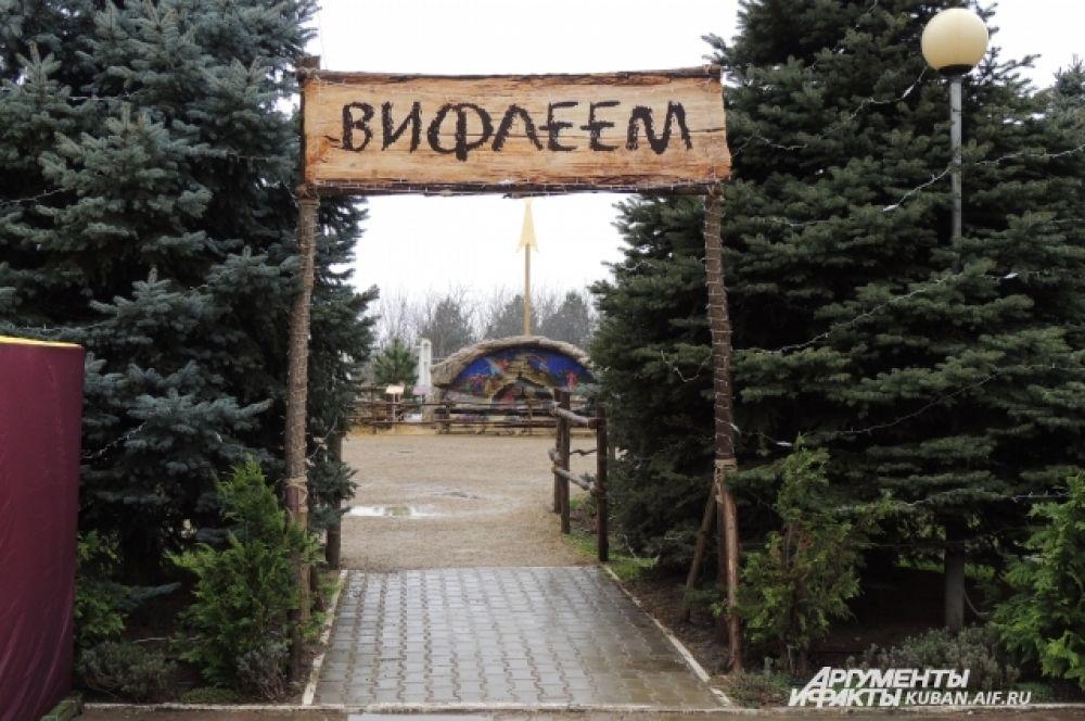 Площадка «Вифлеем» на территории храма с ростовыми фигурами библейских героев. Она появилась здесь перед Рождеством.